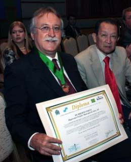 parini e shimomura recebendo diploma-2