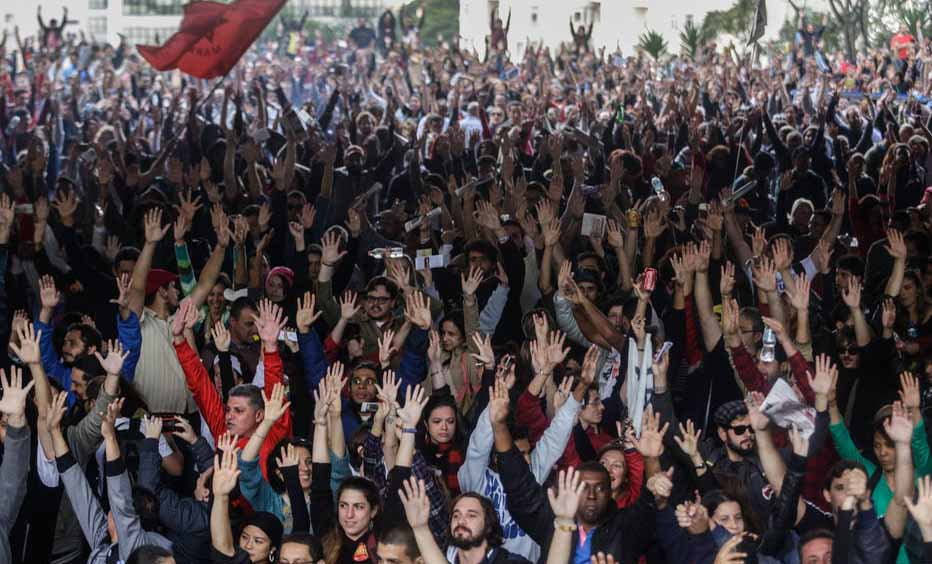 15-05-15/ SAO PAULO/ SP/ CIDADES/ GREVE/ PROFESSORES/ Professores da rede estadual de ensino de Sao Paulo se reunem em assembleia no Masp em assembleia para decidir sobre os rumos da greve. FOTO GABRIELA BILO/ ESTADAO