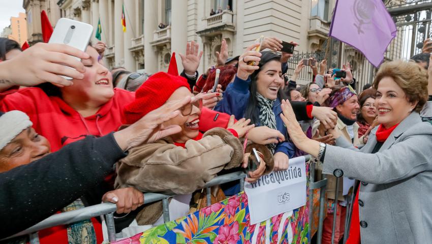 Dilma-Rousseff-livro-Resistencia-ao-Golpe-de-2016-Porto-Alegre_003030